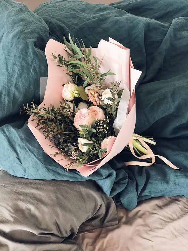 Bukiet kwiatów jako prezent na dzień babci