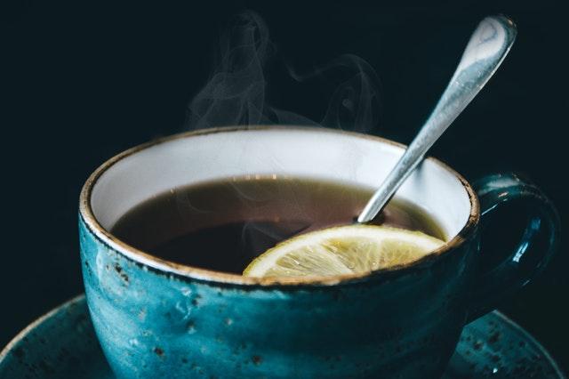 Filiżanka gorącej herbaty z cytryną.