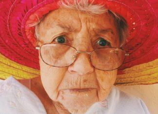 starsza pani w kapeluszu i okularach