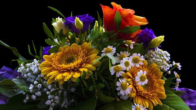 Najlepszy bukiet na dzień matki, to ten, który skłąda sie z jej ulubionych kwiatów. NA zdjęciu bukiet składający się z róż, gerberów i dąbków.