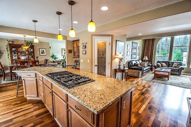 Różne style wystroju wnętrz mają własne cechy charakterystyczne, tak samo jak ten salon otwarty na kuchnię. Pełen jest ciepła i przedstawia klasyczny styl kolonialny.