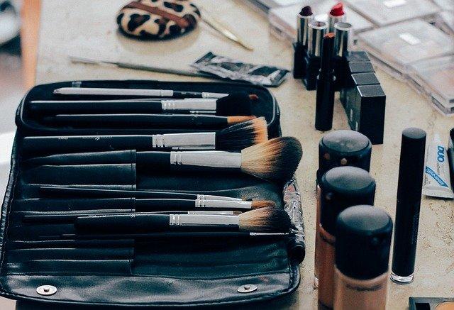 Kobiety, które interesują się makijażem często kolekcjonują sprzęt do jego nakładania. Na zdjęciu kolekcja pędzli do makijażu, korektory oraz szminki.