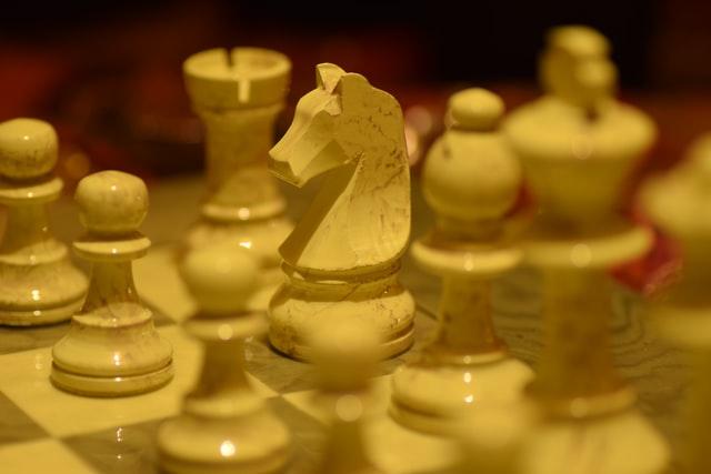 Szachy na prezent jako niebanalny pomysł. Na zdjęciu szachy porcelanowe, stylizowane na kamienne.