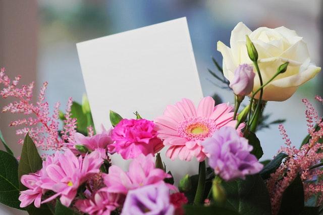 Bilecik do bukietu na dzień matki to bardzo miły gest. warto napisać na nim spersonalizowaną wiadomość.