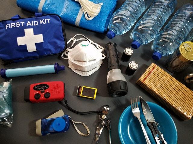 W zestawie survivalowym powinny znaleźć się zapasy jedzenia, wody oraz niezbędne do przetrwanai elementy: apteczka, latarka, radio, maseczka, baterie.