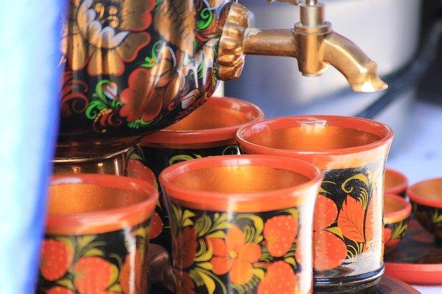Tradycyjnie do samowaru dodawano często filiżanki lub małe ceramiczne kubeczki. Wiele z nich zdobiono takim samym wzorem co obudowę samowaru i imbryczek.
