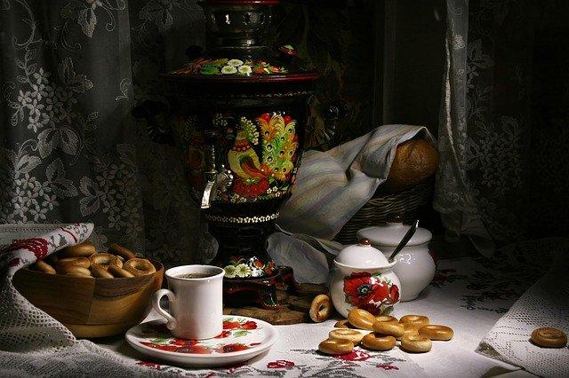 Jak działa samowar? To urządzenie do parzenia herbaty, na zdjęciu wraz z rozłożonym śniadaniem, obwarzankami i konfiturą.