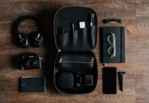 EDC, czyli Everyday Carry to zestaw przedmiotów noszony przez nas codzienie. Na zdjeciu podstawowe EDC: słuchawki, telefon, powerbank, okulary, notatnik, nóż i aparat.