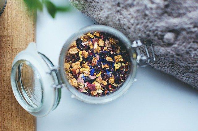 Biała herbatę najlepiej przechowywać w szczelnym pojemniku, jak słoik z uszczelką taki jak na zdjeciu. Tu wypełniony herbatą czarną z kwiatami.