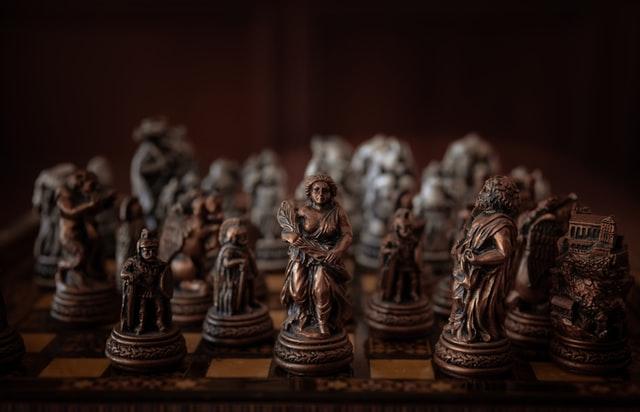 Szachy rzeźbione na prezent. Na zdjęciu wyjątkowe szachy odlane z brązu. Przedstawiają postaci związane ze Starożytnym Rzymem.