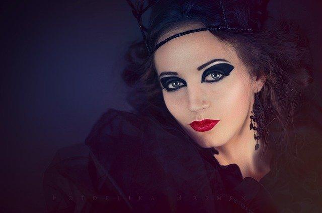 Makijaż wieczorowy to idealny sposób na wyrażenie siebie. Na zdjeciu młoda kobieta w odważnym makijażu i wieczorowym ubiorze.