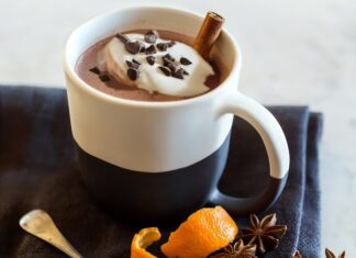 Dobra gorąca czekolada z cynamonem i goździkami, to świetny napój rozgrzewający.