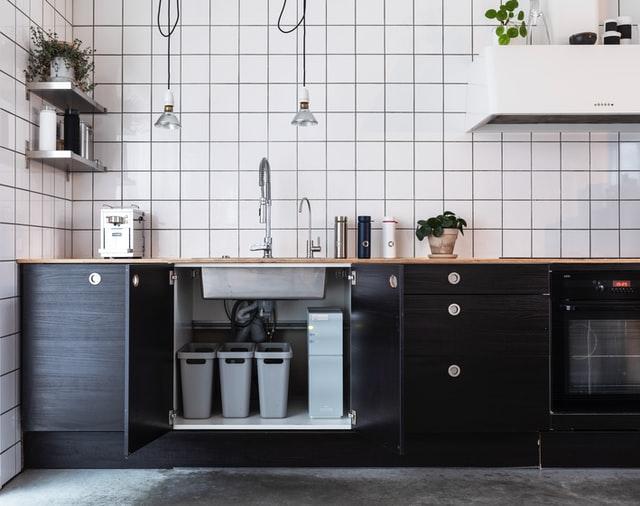 Kuchnia w stylu skandynawskim często jest otwarta na resztę mieszkania.