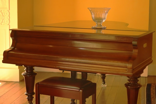 Drewniane elementy wystorju są uroczym dopełnieniem art deco
