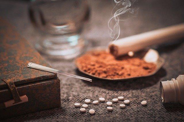 Tradycyjna medycyna chińska obejmuje akupunkturę, okadzanie, ziołolecznictwo i stawianie baniek.