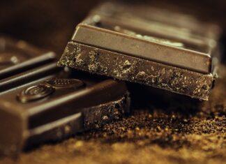 Gorzka czekolada to jedna z najzdrowszych czekolad. Zawiera między innymi polifenole oraz flawonoidy.