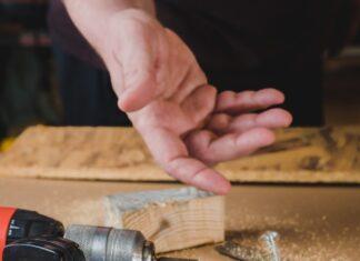 Wiertarka i wkrętarka akumulatorowa to dwa zupełnie różne narzędzia. Na zdjęciu mężczyzna rzucający wkrętami.