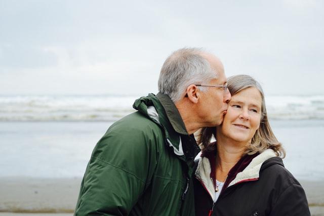 Problemy z pamięcią, pogorszenie funkcji poznawczych i narastająca epidemia samotności sprawiają, że seniorzy są szczególnie narażeni na problemy ze zdrowiem psychicznym, dlatego tak ważna jest poprawa stanu psychicznego seniora