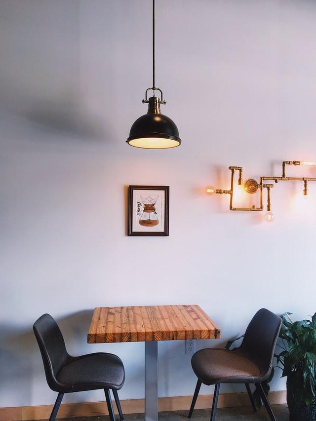 Prostota jest kluczem do sukcesu. Stół, dwa krzesła i lampa