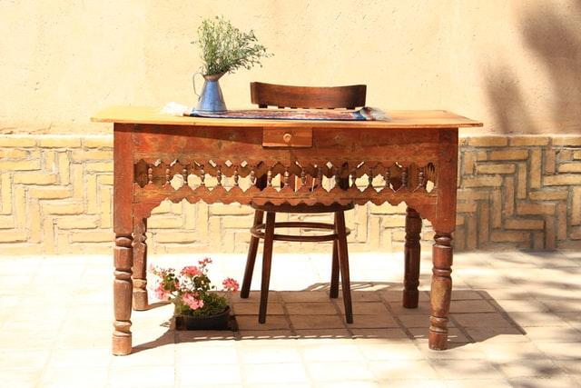 Meble tradycyjne to meble drewniane, często rzeźbione lub zdobione.
