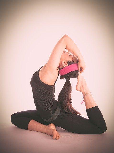 Joga jest prosta, jednak wymaga poprawności wykonywania ćwiczeń. Na zdjęciu kobieta w jednej z pozycji jogi.