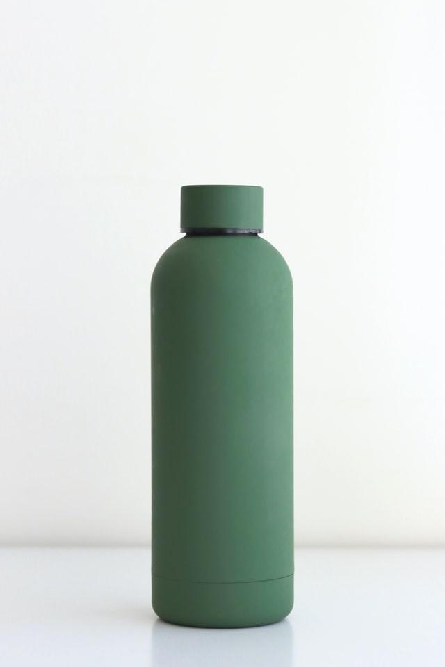 Butelki na wodę wykonane są z różnych materiałów.