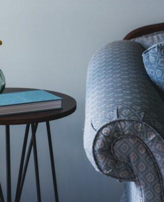 Tradycyjne i nowoczesne style mebli można łatwo połączyć. Na zdjeciu klasyczna kanapa i nowoczesny stolik kawowy.