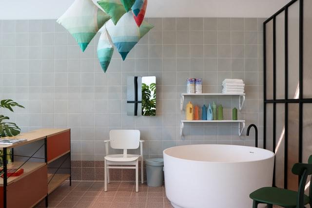 styl minimalistyczny charakteryzuje się niewielką ilością mebli i przedmiotów oraz ich prostotą.