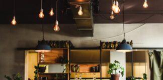 Styl industrialny świetnie sprawdza się w przestrzeni publicznej, która zagospodarowywuje stare zakłady przemysłowe na restauracje i obiekty handlowe.