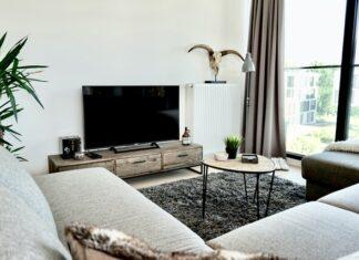Styl skandynawski cechuje prostota i dużo światła, na zdjęciu salon.
