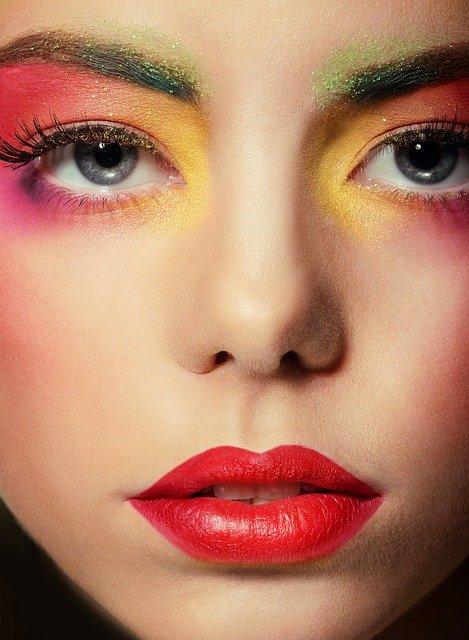 Mocny makijaż oka to jeden z najnowszych trendów w makijażu na ten rok