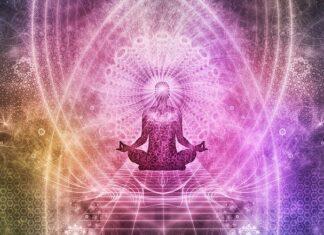 Mindfulness to technika ćwiczenia uważności. Na zdjęciu medytująca postać w kolorowej mandali.