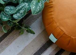 Siedzisko do medytacji może przyjmować formę poduszki - jak na zdjęciu lub ławeczki.