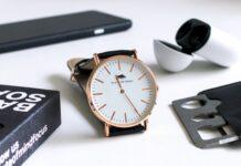 Karta multitool to świetny multitool brelok do EDC - na zdjęciu zegarek, karta, telefon i słuchawki