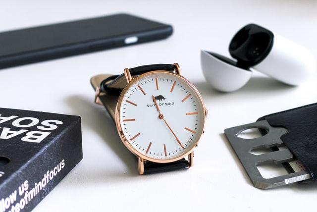 Karta surviwalowa to świetny zamiennik multitoola do EDC - na zdjęciu zegarek, karta, telefon i słuchawki