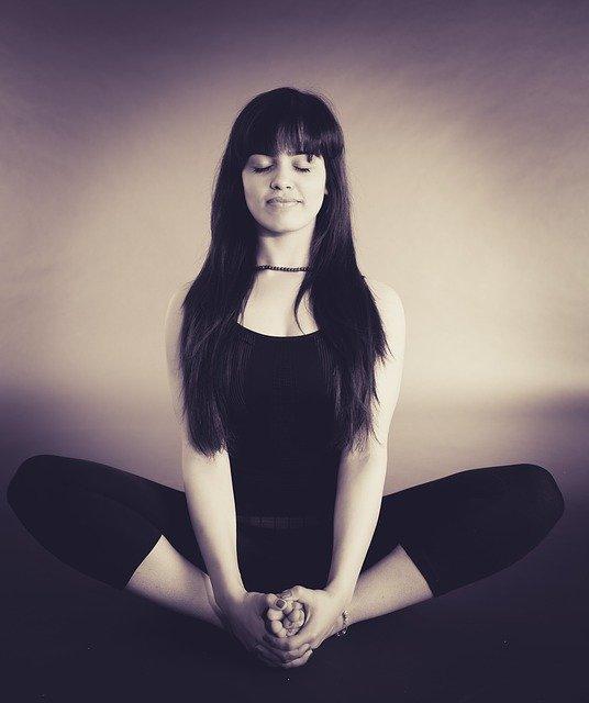 Medytacja jest zarazem banalnie prosta i trudna. Jednak nie potrzebujesz do niej żadnych sprzętów. Na zdjeciu medytująca kobieta.