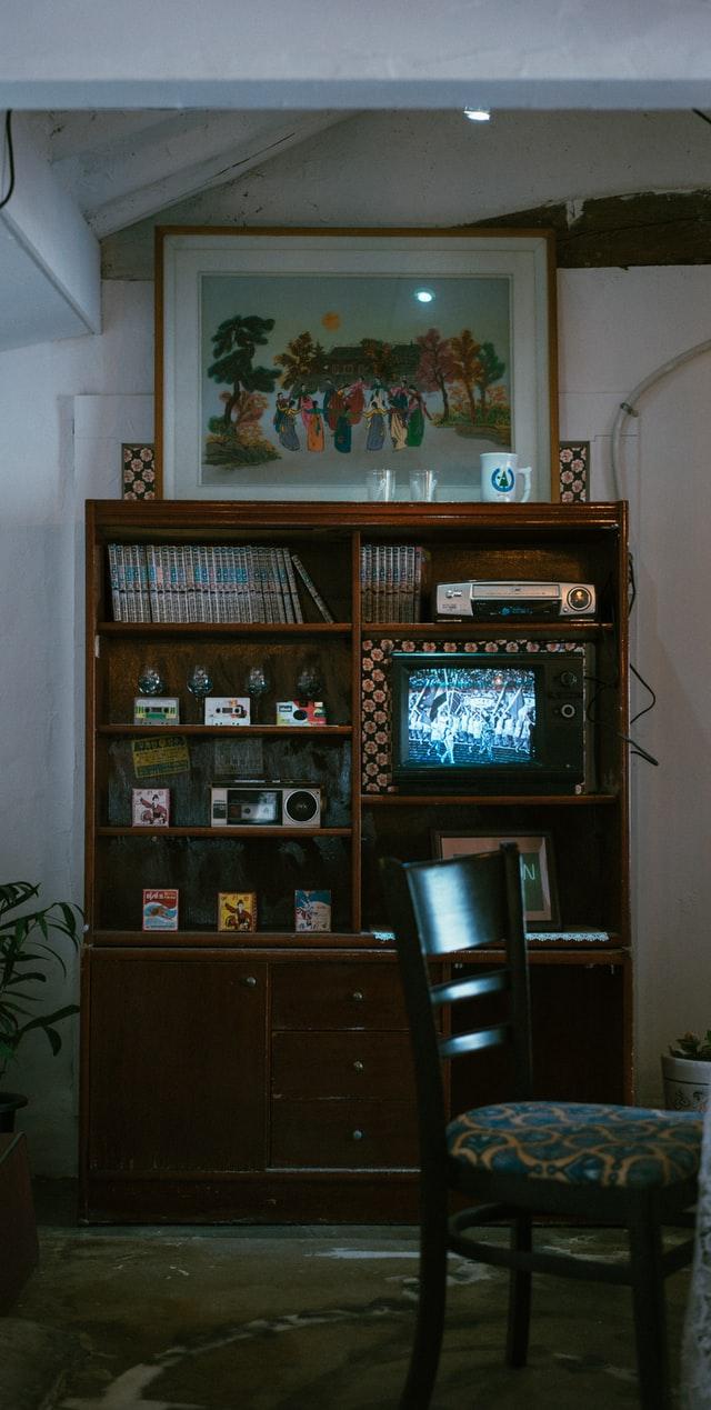 Styl retro to czarno białe telewizory, meble na wysoki połysk i bibeloty.