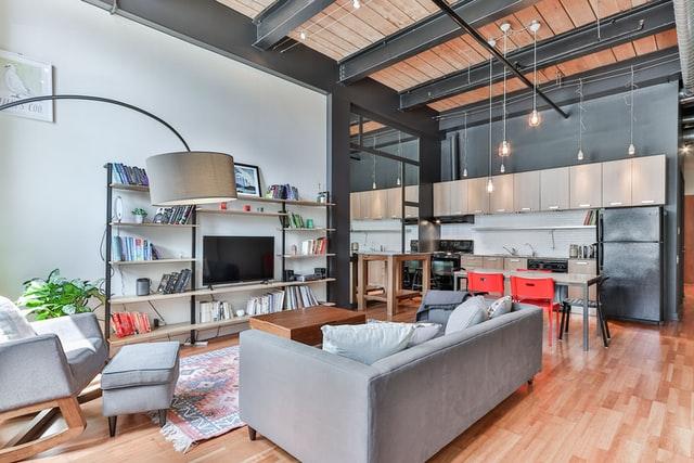 Mieszkanie w stylu nowowczesnym: proste skórzane kanapy, minimalistyczne meble i drewno.
