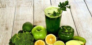 Przeciwutleniacze występują głównie w warzywach. Dlatego warto jeść je w różnych kolorach. Na zdjeciu zielone warzywa i owoce oraz sok.