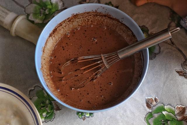 Gorącą czekoladę najlepiej wymieszać w dużym pojemniku, żeby była idealnie kremowa.