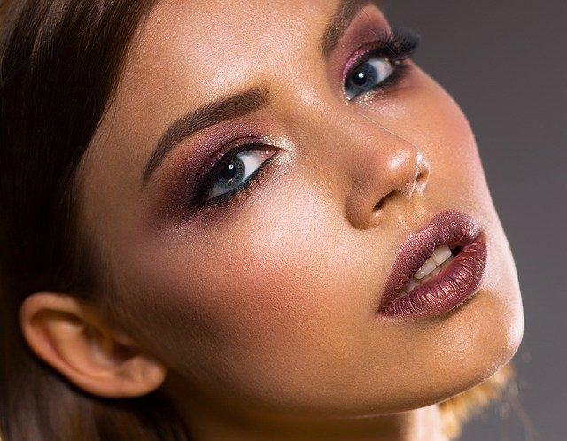 Jakie trendy makijażu wieczorowego w 2021 będą górować na salonach? Na pewno ekstrawaganckie makijaże oczu jak u kobiety na zdjeciu.