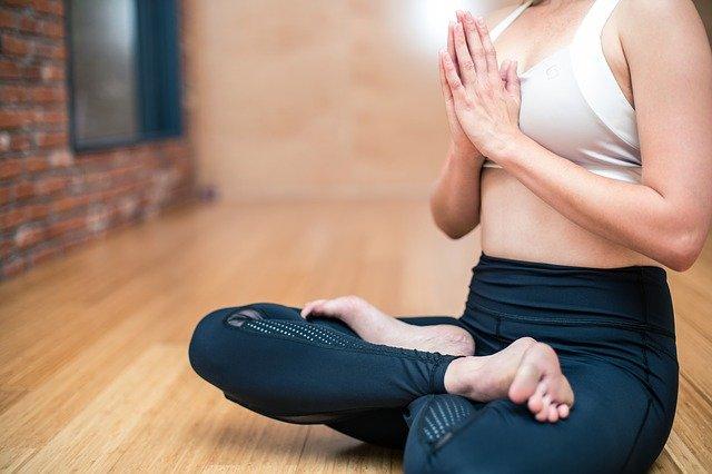 Podczas medytacji można wybrać dowolną wygodną pozycję, która pozwoli ci pozostać w bezruchu przez kilkanaście minut.